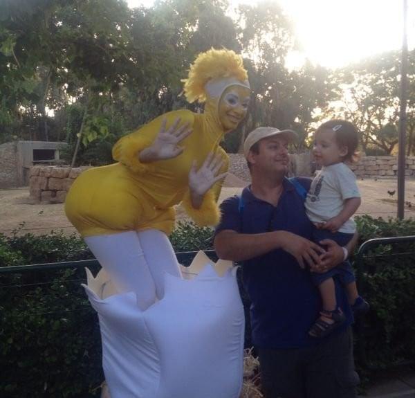פסלים חיים לאירועים - הביצה והתרנגולת