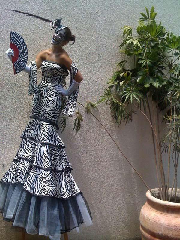 הולכי קביים לאירועים במגוון עצום של תלבושות ודמויות מדהימות - זאזא אטרקציות לאירועים