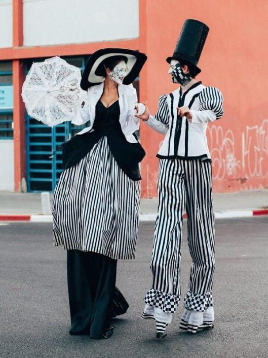 זוג שחור לבן - הולכי קביים מעליזה בארץ הפלאות