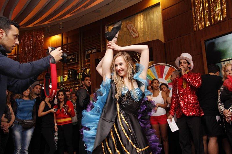 רקדניות זאזא - הפקה בסגנון וגאס במועדון הכושר VIM