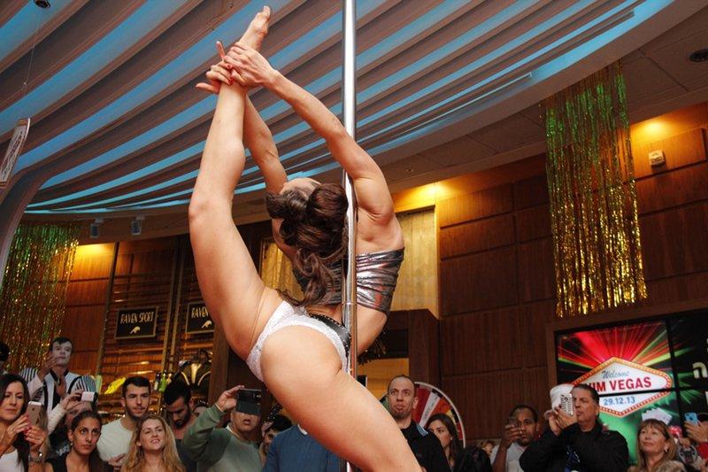 מופע ריקוד על עמודי בהפקה בסגנון וגאס במועדון הכושר VIM