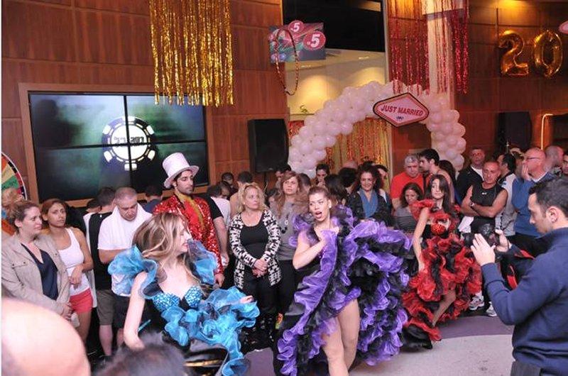 רקדניות שלנו הפקה בסגנון וגאס במועדון הכושר VIM