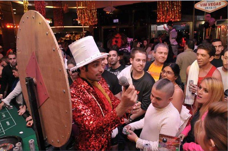 המנחה בקאזינו במהלך הפקה בסגנון וגאס במועדון הכושר VIM