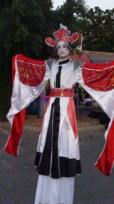 דמויות שטח , מחופשות, הולכי קביים בפסטיבל המחולות יהוד