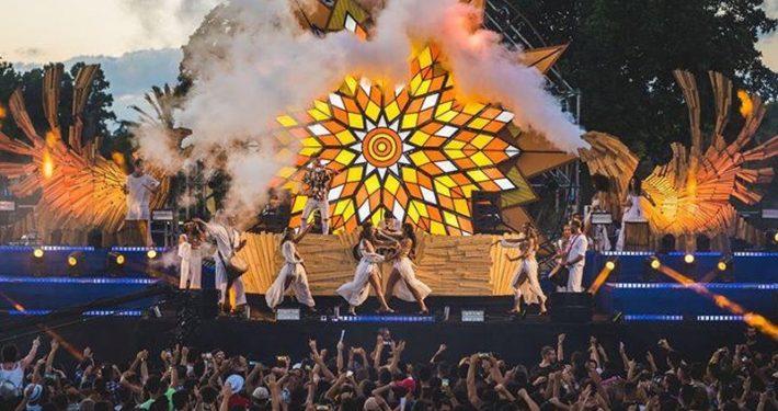 מופע עם רקדניות זאזא בפסטיבל קורונה סאנסט